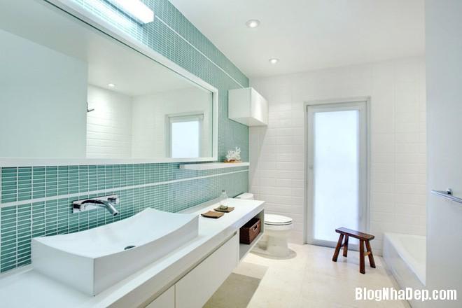img20170517091019415 Phòng tắm với hai màu xanh – trắng ngọt lịm thách thức nắng hè