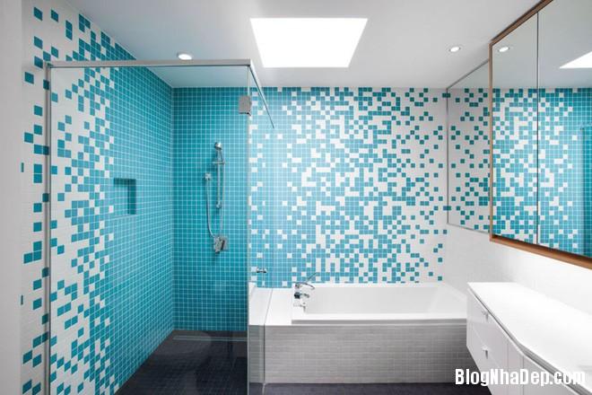 img20170517091022243 Phòng tắm với hai màu xanh – trắng ngọt lịm thách thức nắng hè