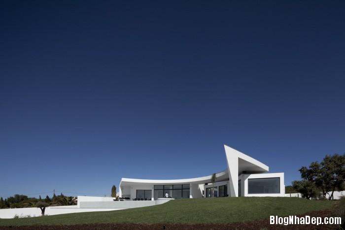 colunata house by mario martins 02 Colunata House / Ngôi nhà đơn giản mà sang trọng ở Lagos, Bồ Đào Nha