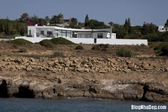 colunata house by mario martins 03 Colunata House / Ngôi nhà đơn giản mà sang trọng ở Lagos, Bồ Đào Nha