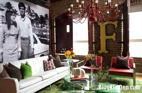 201405140846042431 Phòng khách ấn tượng với giấy dán tường và tranh cổ điển