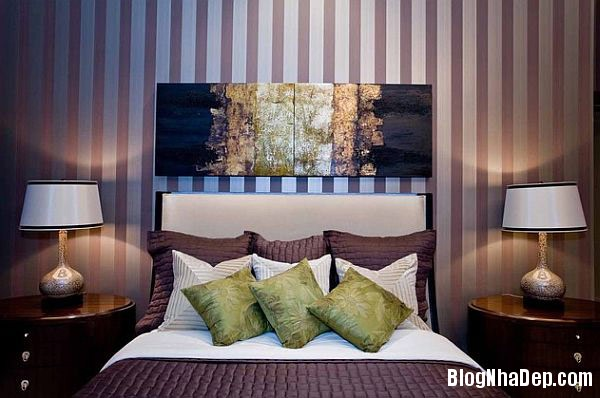 bedroom with thin vertical  Trang trí nội thất nhà bằng họa tiết kẻ sọc