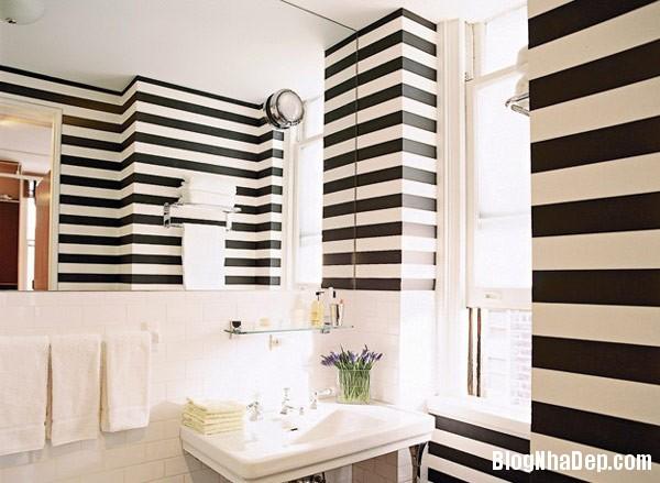 black and white striped wal Trang trí nội thất nhà bằng họa tiết kẻ sọc