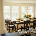 Phòng ăn với những ô cửa rộng tạo cảm giác thông thoáng