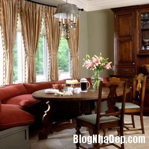 Phòng ăn với điểm nhấn là sofa mầu đỏ với những ô cửa lớn Bài trí không gian phòng ăn nhỏ hẹp