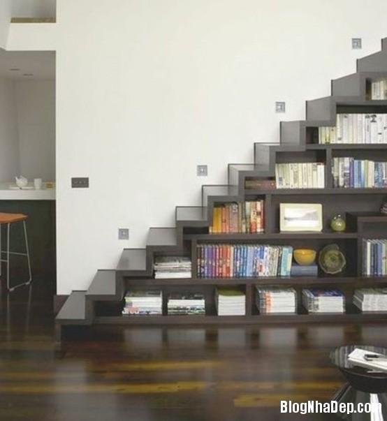 staircase with bookstorage Những mẫu cầu thang tiết kiệm diện tích cho nhà nhỏ