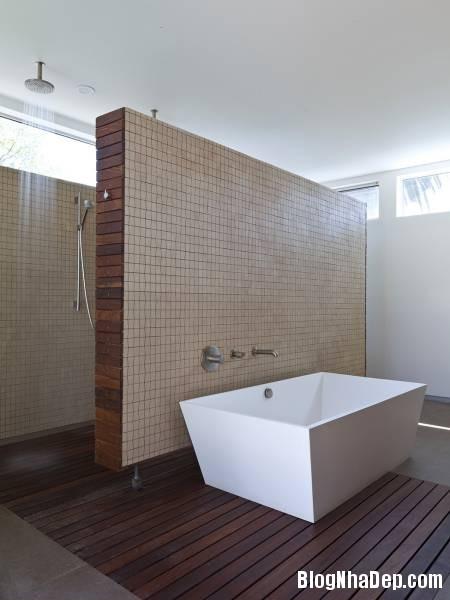 Hình 7. Phòng tăm đơn giản với gam màu ấm cúng Appleton Living   ngôi nhà hiện đại ở thành phố Venice, Italy