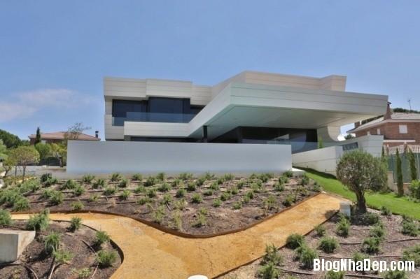 2742da99bb438d1999504d791807f656 Ngôi nhà hiện đại với kiến trúc độc đáo cùng khu vườn xinh xắn bên ngoài