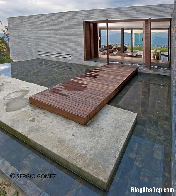 36947e896514aa576d7fc0fc752ea03f Ngôi nhà ấn tượng với vị trí nằm cheo leo ngay bên sườn đồi xanh mát của vùng Medellin, Colombia