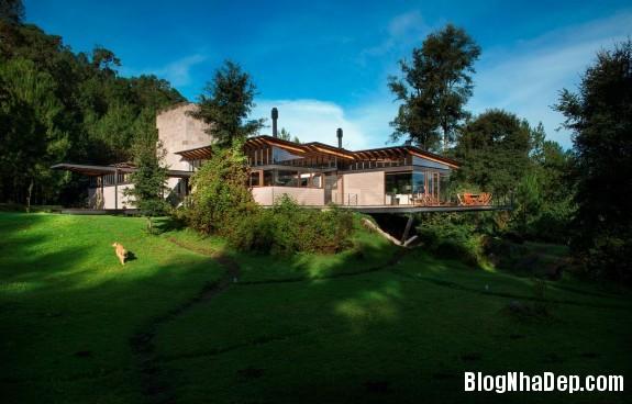 93ac390e96ea67ac8a1aa171bb4631cd Ngôi nhà gỗ thoáng mát tiện nghi nằm giữa rừng