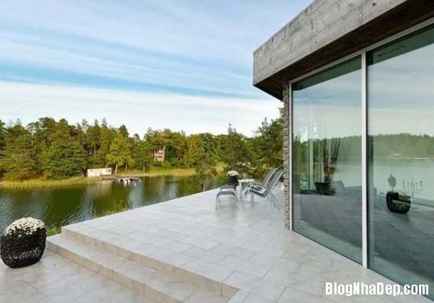 ecc8af89a8f1f68ab81ec250bfed8538 Ngôi nhà yên bình bên hồ với 2 tông màu trắng đen chủ đạo