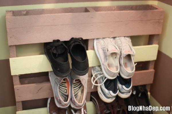 243b65fdec05b49c3efe35ecd3e1f587 Thiết kế chỗ đựng giày khá xinh và lạ từ cầu thang cũ hay tấm ván cũ