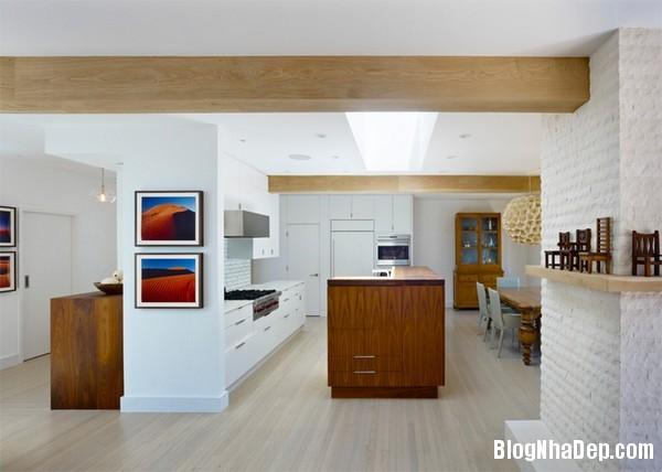 11Tuong20bep201509261514172677 Bếp đẹp sang trọng với bức tường màu trắng
