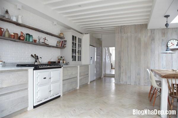 12Tuong20bep201509261514485775 Bếp đẹp sang trọng với bức tường màu trắng