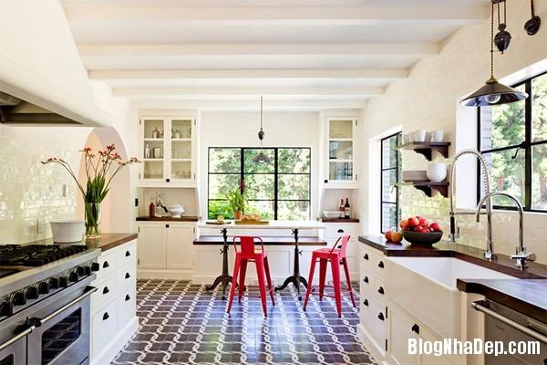 16Tuong20bep201509261516564578 Bếp đẹp sang trọng với bức tường màu trắng